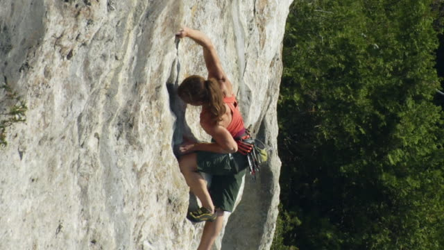 t/l ws ha zo female climber climbing rock, lion's head, ontario, canada - free climbing stock-videos und b-roll-filmmaterial