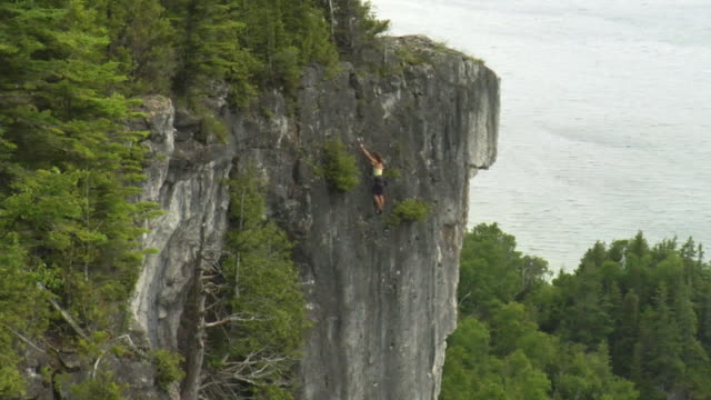 ws ha pan female climber climbing rock, lion's head, ontario, canada - free climbing stock-videos und b-roll-filmmaterial