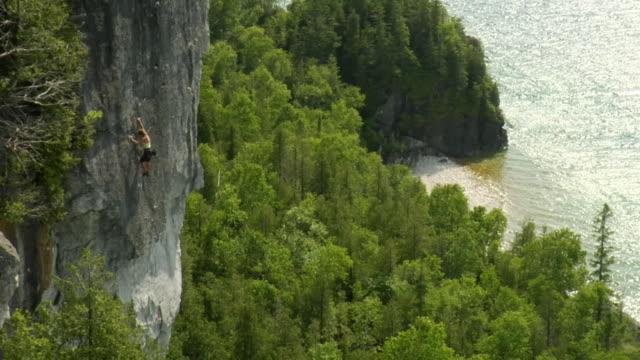 stockvideo's en b-roll-footage met ws ha female climber climbing rock, lion's head, ontario, canada - vrij klimmen