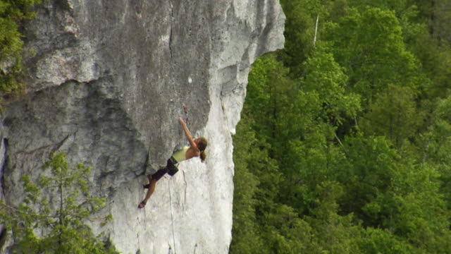 ws ha zo female climber climbing rock, lion's head, ontario, canada - free climbing stock videos & royalty-free footage