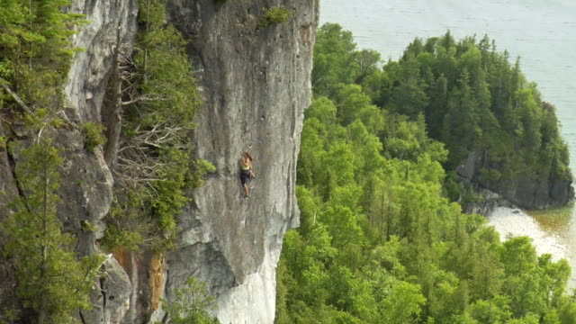ws ha female climber climbing rock, lion's head, ontario, canada - mid distance stock videos & royalty-free footage