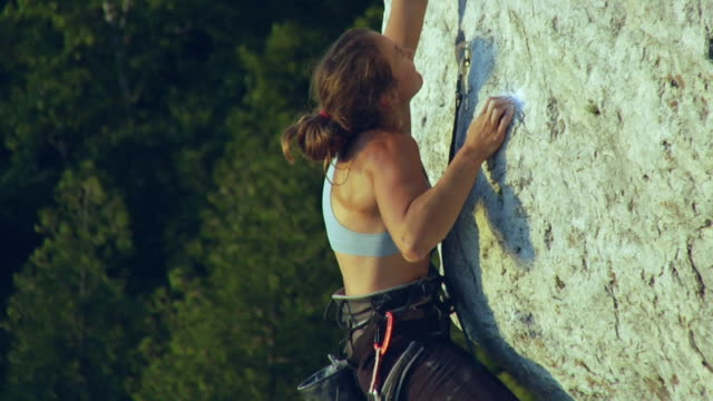 t/l ms female climber climbing rock, lion's head, ontario, canada - felswand stock-videos und b-roll-filmmaterial