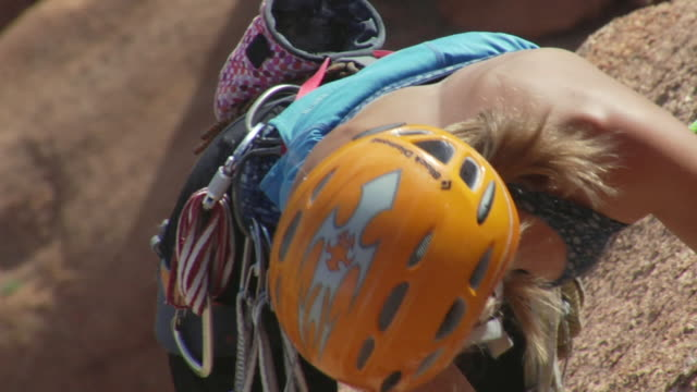 vidéos et rushes de cu ha female climber climbing rock, spitzkoppe, damaraland, namibia - seulement des jeunes femmes
