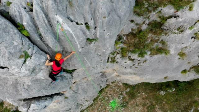vídeos de stock e filmes b-roll de female climber in great shape - rapel
