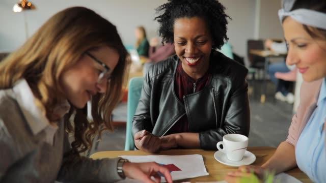 kvinnliga kollegor som träffas på café - kaffe dryck bildbanksvideor och videomaterial från bakom kulisserna