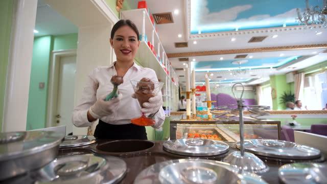 アイスクリームを提供する女性の菓子 - アイスクリームスクープ点の映像素材/bロール