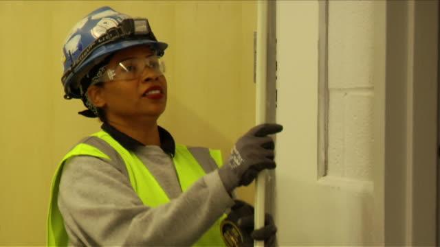 vídeos y material grabado en eventos de stock de female construction worker with male colleagues on april 30 2012 in washington dc - estereotipo de géneros