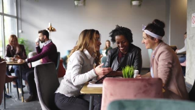 vidéos et rushes de collègues féminins prenant une pause-café dans le café - cantine
