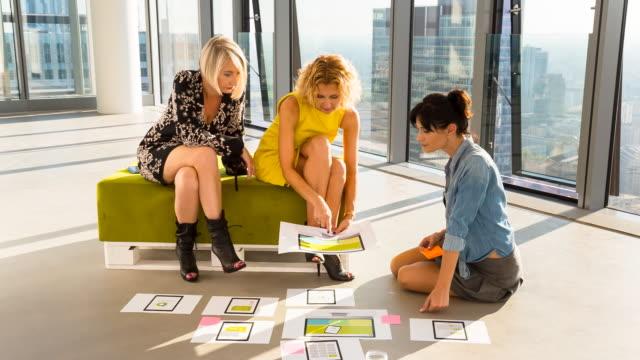 stockvideo's en b-roll-footage met ms female creative business team talking at meeting - warschau