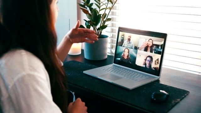 vídeos y material grabado en eventos de stock de profesional creativa femenina discute ideas con colegas durante videollamada - refugiarse en un lugar concepto