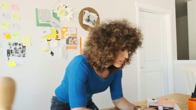 vídeos y material grabado en eventos de stock de equipo creativo femenino que trabaja remotamente - estudio habitación
