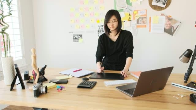 女性の創造的なチームがリモートで作業 - デザイナー点の映像素材/bロール