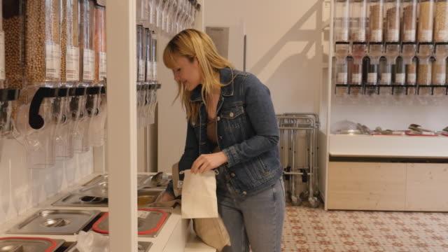 vídeos y material grabado en eventos de stock de compra de clientes en tienda de comestibles sin residuos - empresa de carácter social