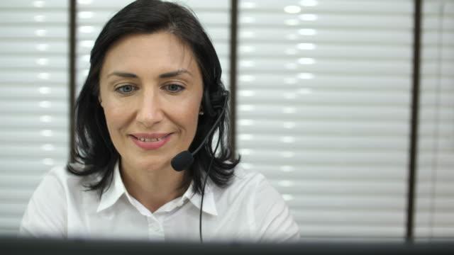 vídeos de stock, filmes e b-roll de cliente feminino suporte operador com fone de ouvido falar - secretária