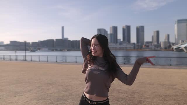 ウォーターフロントの草原で踊る女性ダンサー - パート2/2 - dancer点の映像素材/bロール