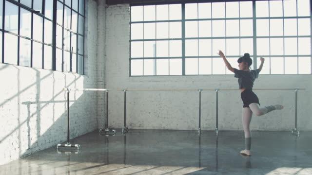 vídeos de stock, filmes e b-roll de dançarino fêmea que pratica no estúdio do bailado - bailarina