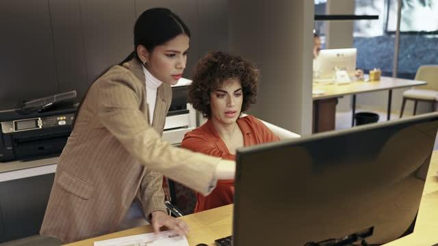 Colegas de design feminino trabalhando juntas no Computer Monitor
