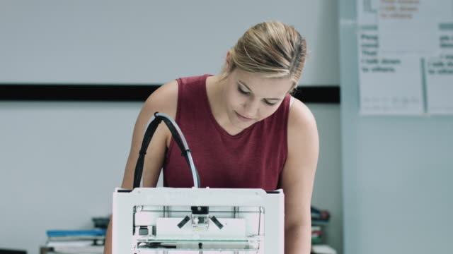 vídeos de stock, filmes e b-roll de female designer looking at 3d printed object in studio - vanguardista