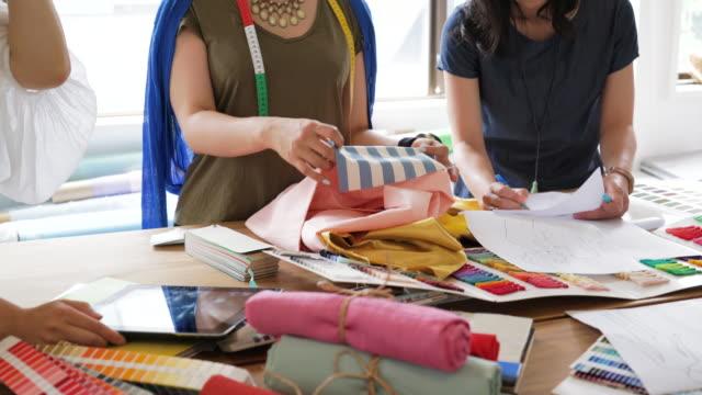 vidéos et rushes de équipe de concepteur femelle après avoir discuté de matériaux - designer