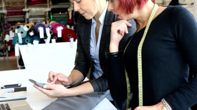 designerinnen diskutieren über stoffmuster - textilindustrie stock-videos und b-roll-filmmaterial