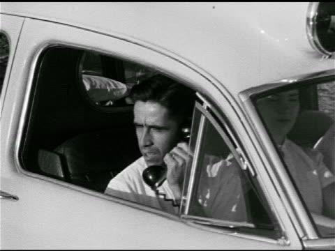 vídeos de stock e filmes b-roll de female dispatcher talking w/ 'dr. scott', fire truck moving out w/ ambulance behind. 1950s horror, 1950s sci-fi, b movie, red scare, mccarthyism. - anticomunismo