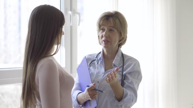 vídeos de stock e filmes b-roll de feminino médico e paciente - enfermeira