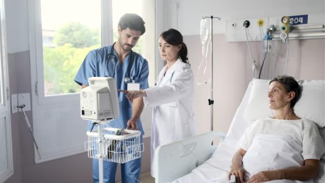 女性医師は、ポータブル血圧計の結果をチェックします。 - 病棟点の映像素材/bロール