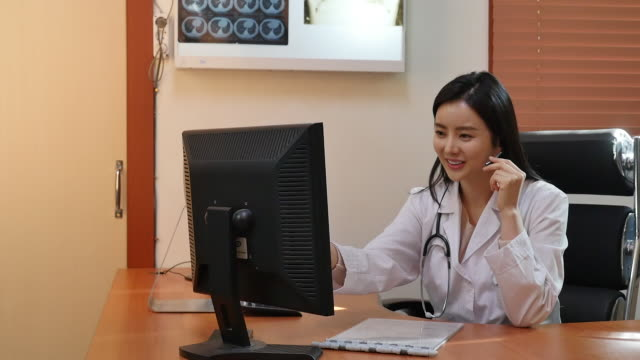vídeos de stock e filmes b-roll de female doctor consulting a patient on the phone - telefone sem fio