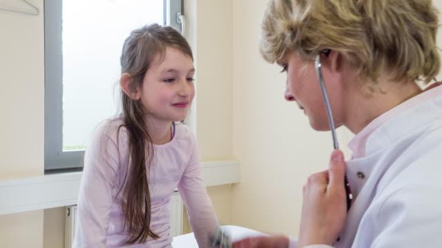 female doctor examining girl - 小児科医点の映像素材/bロール