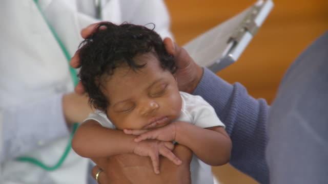 vídeos y material grabado en eventos de stock de cu td tu female doctor examining newborn girl (0-1 months), richmond, virginia, usa - recién nacido 0 1 mes