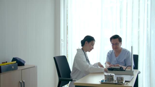 ärztin, erklärt medizinische themen für patienten - privatsphäre stock-videos und b-roll-filmmaterial
