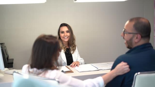 vídeos de stock, filmes e b-roll de doutor fêmea que dá uma medicina da prescrição - prescription medicine
