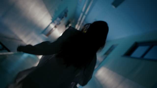 vídeos de stock e filmes b-roll de slo mo female doctor in a lab coat running down thel corridor - corredor caraterística de construção