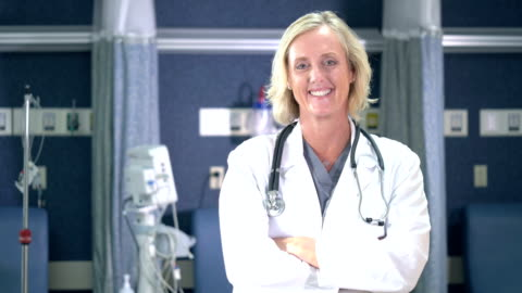 vidéos et rushes de docteur féminin dans la clinique médicale - cadrage à la taille