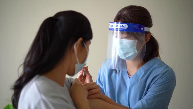 vídeos de stock, filmes e b-roll de médica que injeta vacina coronavírus no braço de uma idosa - braço humano
