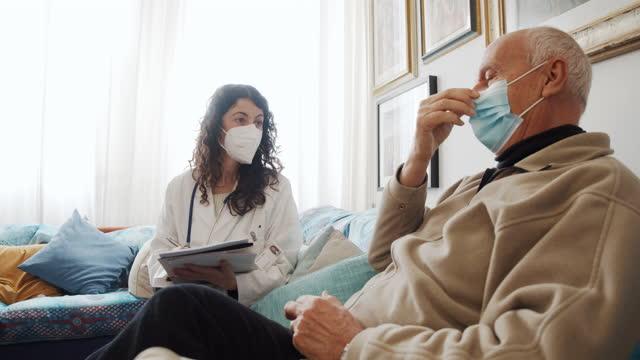 ärztin besucht eine patientin zu hause - italienischer abstammung stock-videos und b-roll-filmmaterial