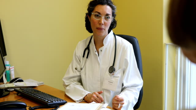 Ärztin für Patienten hören und sprechen