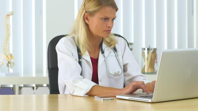 vídeos de stock e filmes b-roll de female doctor working in her office - só uma mulher de idade mediana