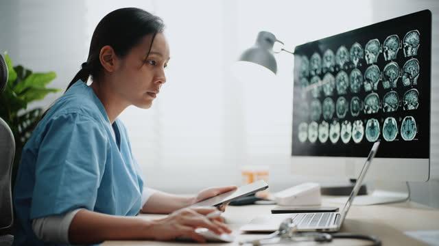 ärztin arbeitet am computer im krankenhaus - ärztin stock-videos und b-roll-filmmaterial