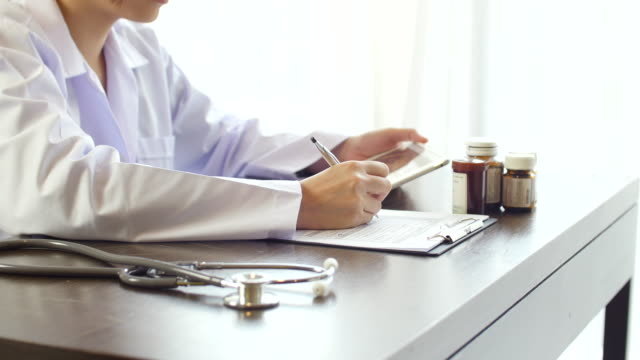 vídeos y material grabado en eventos de stock de mujer médico escriba la receta - prescription medicine