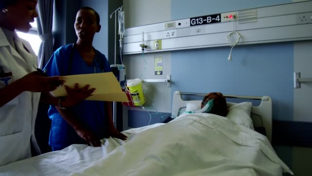 kvinnliga läkare sköta sin patient - syrgasmask bildbanksvideor och videomaterial från bakom kulisserna