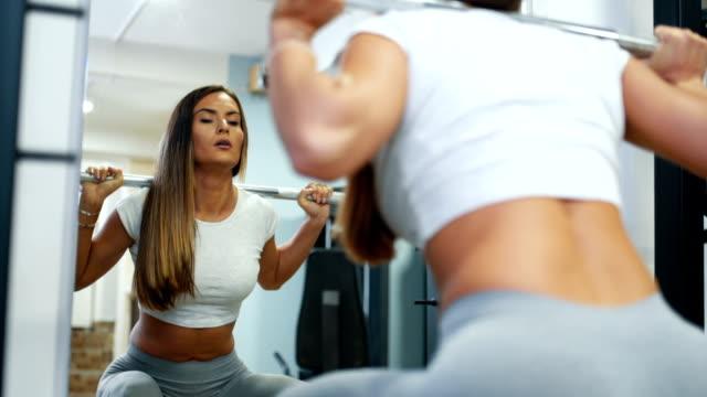 weibliche macht kniebeugen mit langhantel - body positivity stock-videos und b-roll-filmmaterial