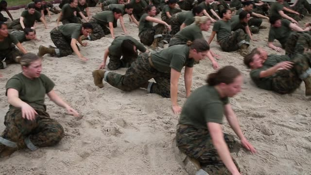 vídeos de stock e filmes b-roll de female drill instructor makes female marine recruits exercise during boot camp february 27, 2013 at mcrd parris island, south carolina. women attend... - soldado exército
