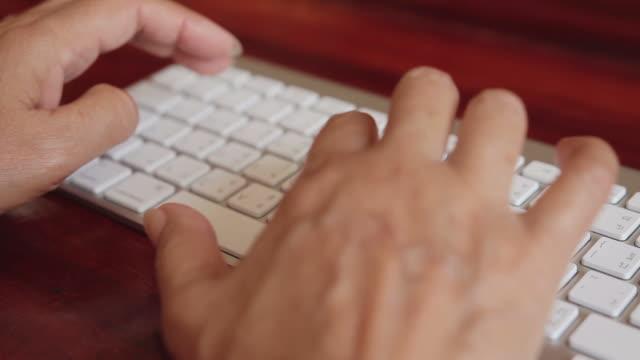 femmina vecchio lavorando con il computer - archivista video stock e b–roll