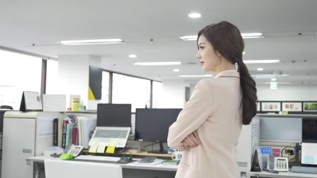 a female employee at an office - abbigliamento da lavoro formale video stock e b–roll