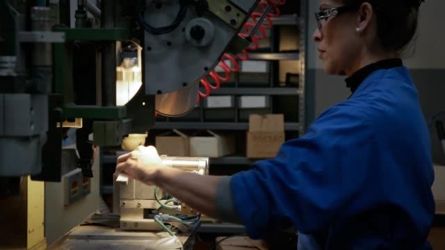 vídeos y material grabado en eventos de stock de female employee inserting brushes onto drill / producing stainless steel brushes female employee drilling at gordon brush manufacturing co. inc. on... - acero inoxidable