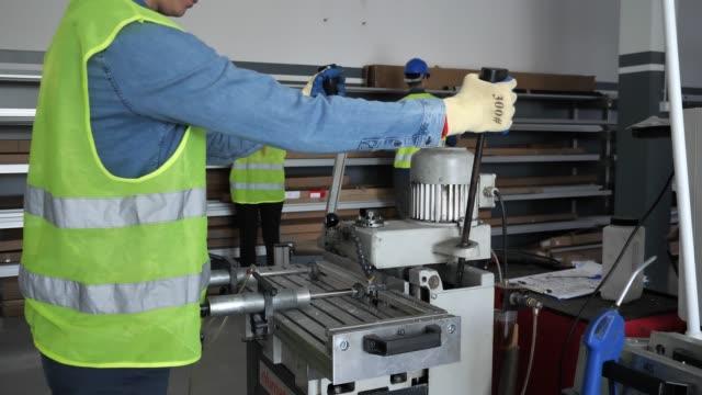 stockvideo's en b-roll-footage met vrouwelijke werknemers werken aan cnc-machines. - productielijn werker