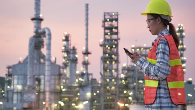 vídeos de stock e filmes b-roll de female engineer at chemical plant - refinaria de petróleo