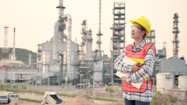 vídeos de stock e filmes b-roll de female engineer at industrial plant - arquiteta