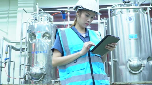 vidéos et rushes de femme ingénieur au travail - une seule femme d'âge moyen